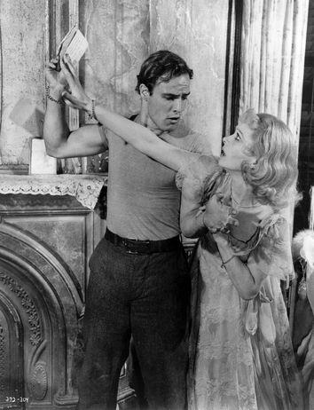 Le totem de l'androhystérie, Stanley Kowalski (joué par Marlon brando), fort affairé ici à nier les droits de propriété de sa belle-soeur Blanche Dubois (jouée par Vivien Leigh). A STREETCAR NAMED DESIRE (1951)