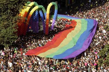 L'homosexualité devient un phénomène de masse sous le capitalisme.