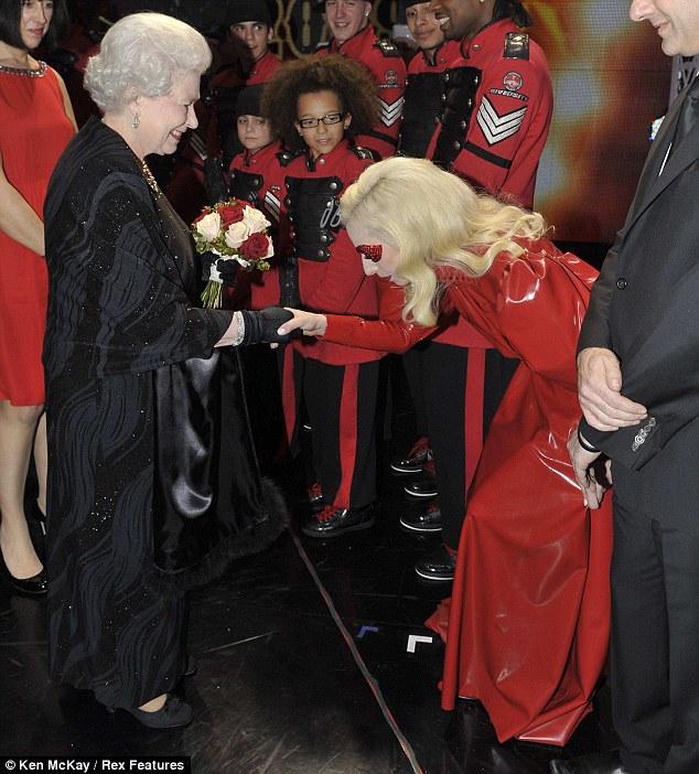 La Douce Rose Fanée des Windsor assurant l'intendance de son ultime bouquet de fonctions régaliennes. Elle en avait toujours plein les bras…