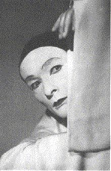 Baptiste Duburau (Jean-Louis Barrault) jouant le Pierrot lunaire