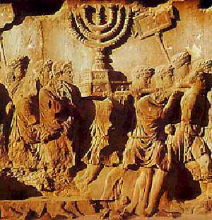 Bas relief représentant l'Arche d'Alliance (surmontée de la menorah) portée fièrement par le Peuple Juif comme signe de son entente éternelle avec le dieu unique