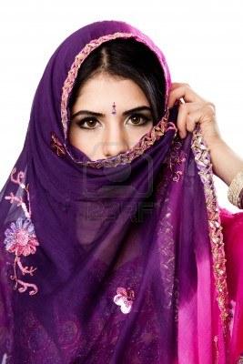 femme-bengali-hindoue-tenant-voile-devant-le-visage