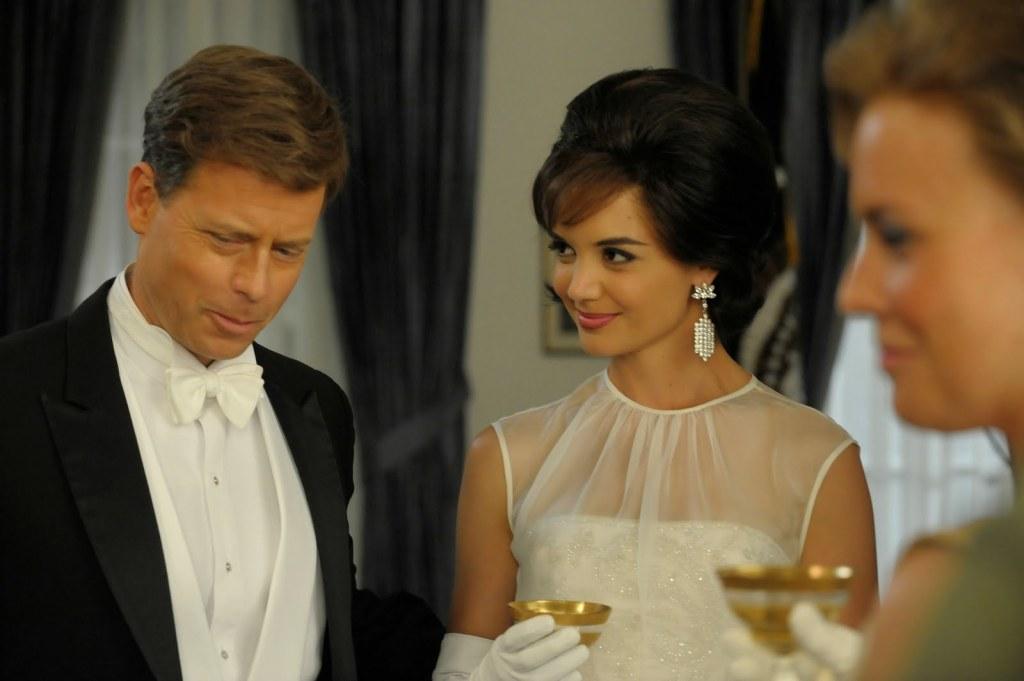Jack (Greg Kinnear), Jackie (Katie Holmes) et Ethel (épouse de Robert Kennedy, jouée par Kristin Booth)