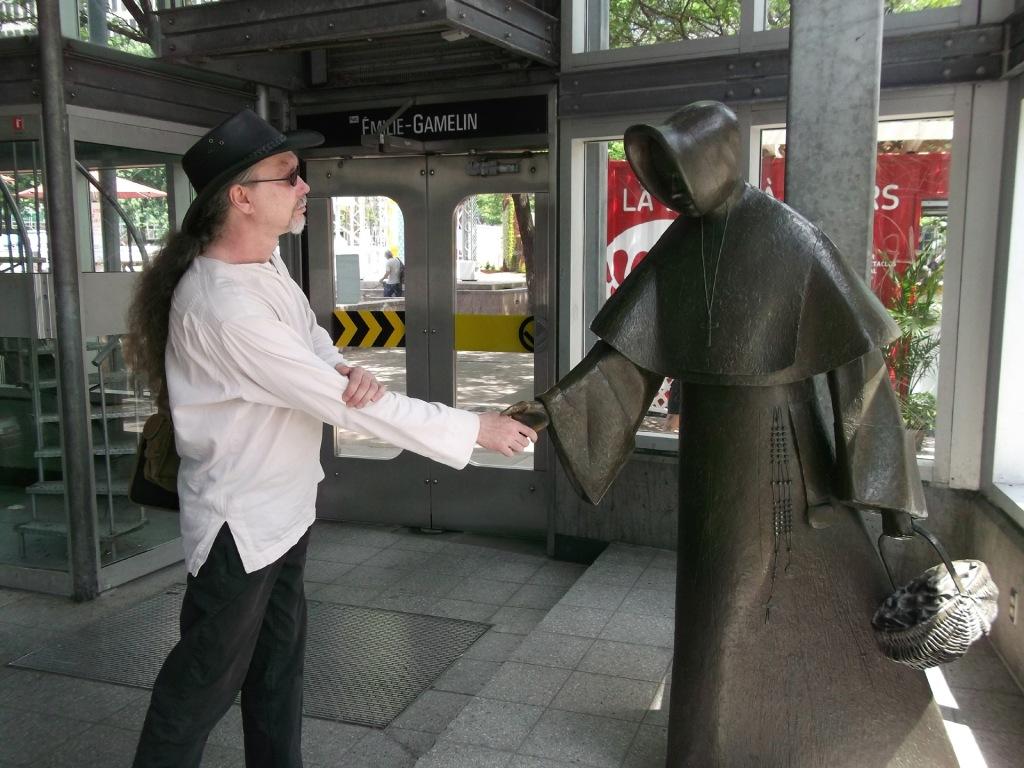 Allan Erwan Berger et la statue d'Émilie Gamelin (œuvre du sculpteur Raoul Hunter). Photo: le Cuistot Musico