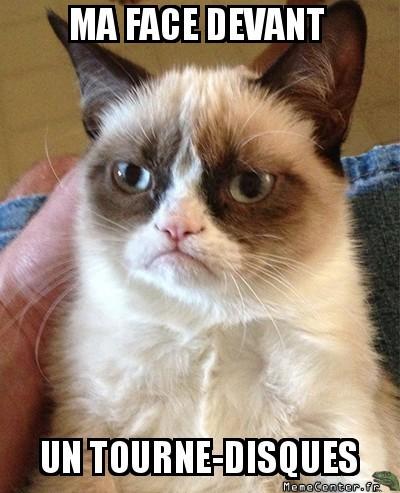 grumpy-cat-ma-face-devant-un-tourne-disques