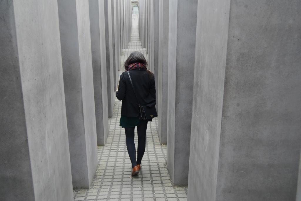 Les stèles les plus hautes du Mémorial de l'Holocauste font environ seize pieds (4 mètres 80) de haut