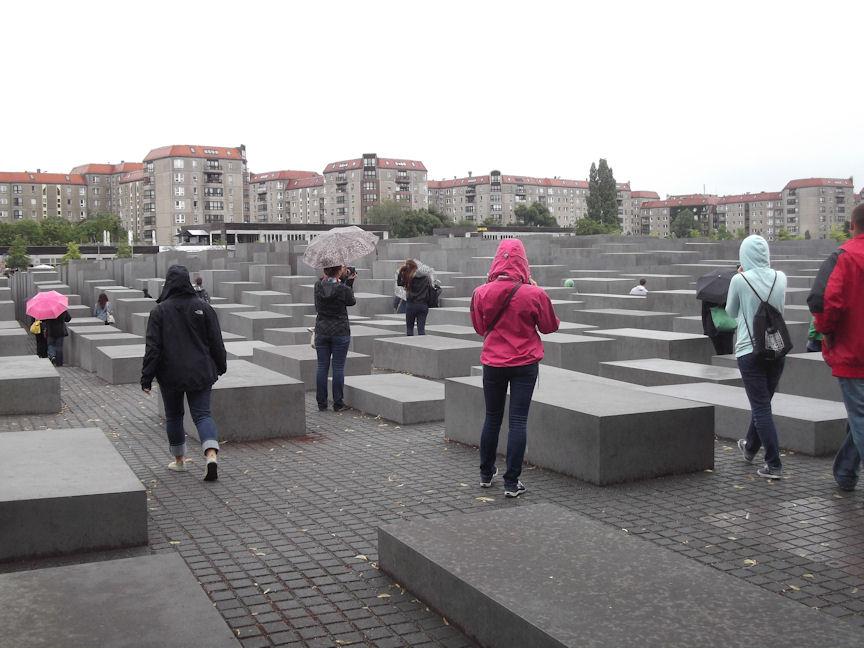 Les stèles  les plus basses du Mémorial de l'Holocauste font environ huit pouces (20 centimètres) de haut