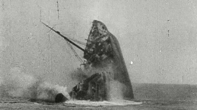 Un cargo allié coulé par un sous-marin allemand (U-boat) lors de la Bataille de l'Atlantique
