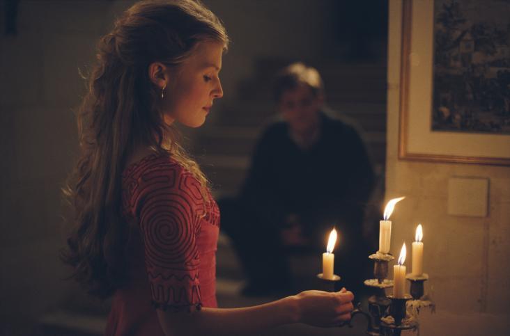 Yvonne de Galais (jouée par Clémence Poésy). Au fond, en ombrage, Augustin Meaulnes (joué par Nicolas Duvauchelle)