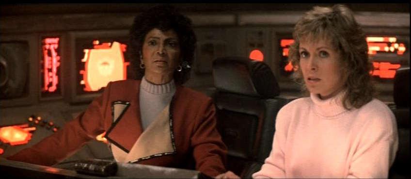 L'officière trekkie aux communication Nyota Uhura (Nichelle Nichols) et l'océanographe vingtiémiste Gillian Taylor (Catherine Hicks)